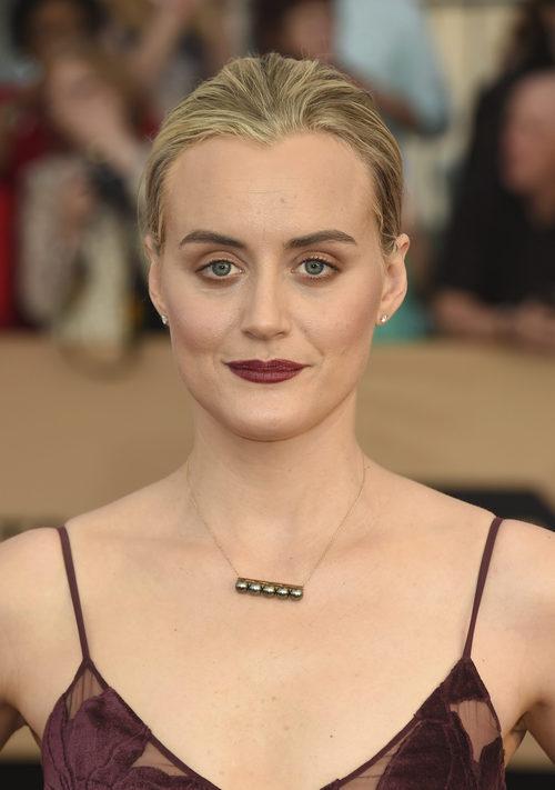 Taylor Schilling luce un maquillaje que intensifica la cara de sueño
