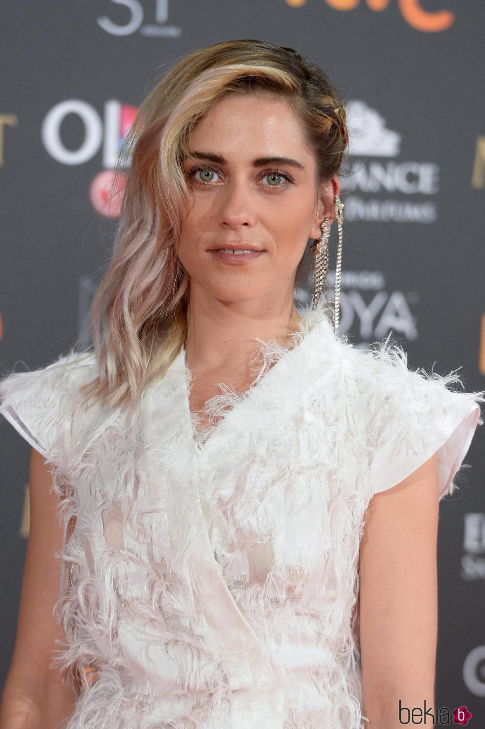 María León apuesta por un look edgy para la alfombra roja de los premios Goya 2017