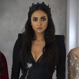 Shay Mitchell con una corona en el set de 'Pequeñas Mentirosas'