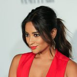 Shay Mitchell con una coleta voluminosa