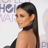 Shay Mitchell con una larga melena lisa