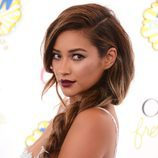 Shay Mitchell con una voluminosa trenza