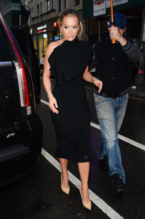 Rita Ora con las cejas rubias