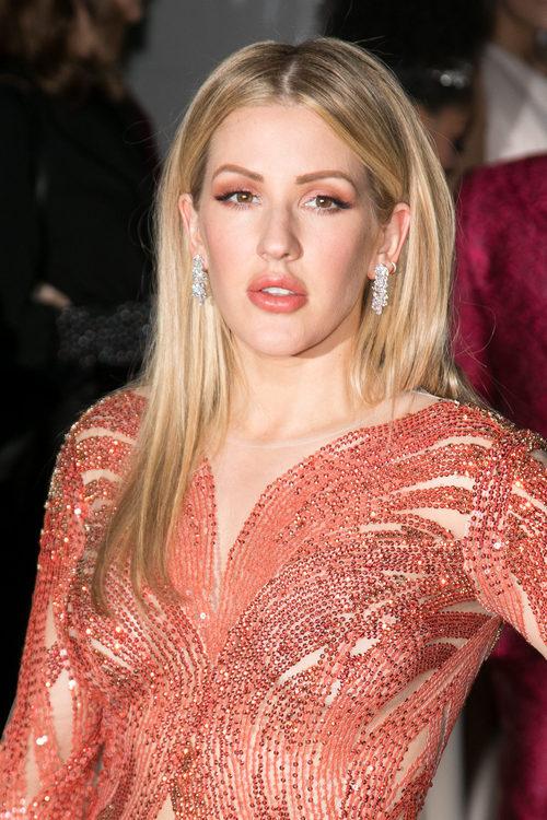 Ellie Goulding con un look coral