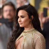 Demi Lovato con un look bronceado y la melena suelta