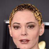 Rose McGowan aplica trozos de papel dorado en su cabello