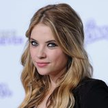 Ashley Benson con un semi recogido de cabello ondulado