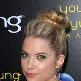 Ashley Benson con un moño alto con volumen