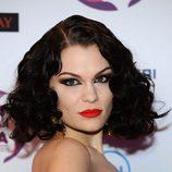 Jessie J con una melena corta y el pelo rizado