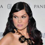 Jessie J con el cabello ondulado y de aspecto rígido