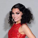 Jessie J con un peinado de cabello encrespado