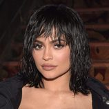 Kylie Jenner con flequillo y con efecto mojado