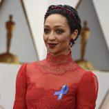 Ruth Negga recoge su cabello en una diadema roja de pétalos metálicos