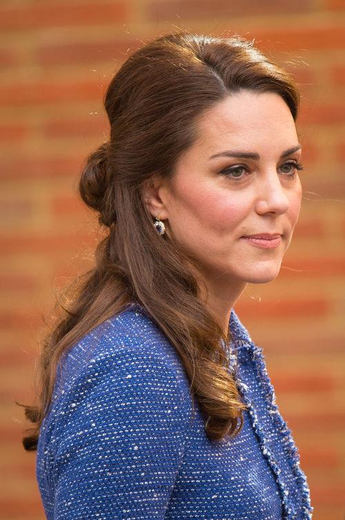Kate Middleton con un semi recogido de moño