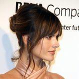 Alessandra Ambrosio con un recogido y flequillo abierto