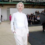 Iggy Azalea con el cabello blanco y suelto por los lados