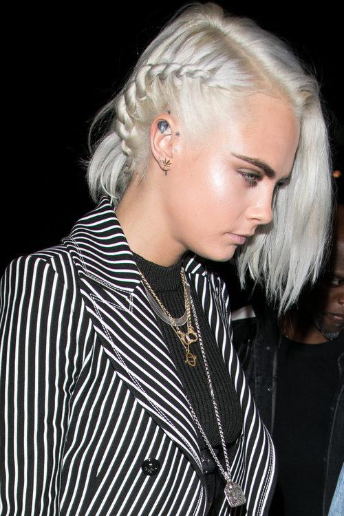Cara Delevingne recoge su cabello en una trenza de cuerda