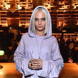 Cara Delevingne cubre su cabello blanco con una capucha