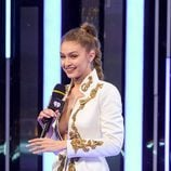 Gigi Hadid con una trenza alta para presentar los iHeartRadio Music Video Awards