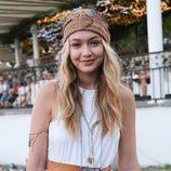 Gigi Hadid con una bandana en Coachella