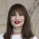 Ana Girardot luce flequillo y el cabello separado en mechones