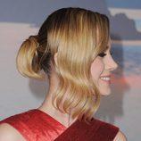 Brie Larson recoge la mitad de su cabello en un moño