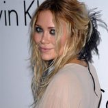 Mary-Kate Olsen con tocado de plumas