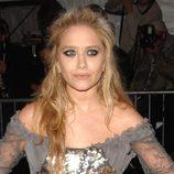 Mary-Kate Olsen luce un semirecogido con pelo ondulado