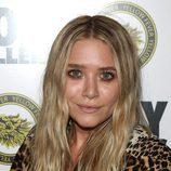 Mary-Kate Olsen con pelo ondulado y raya al medio