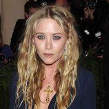 Mary-Kate Olsen con pequeñas trenzas por todo su pelo