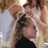 Mary-Kate Olsen luce un semirecogido con moño alto