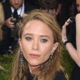 Mary-Kate Olsen con semirecogido y raya al lado