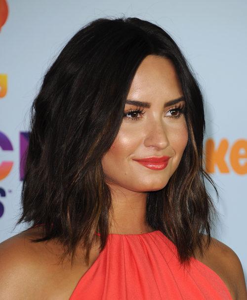 Demi Lovato apuesta por el color coral