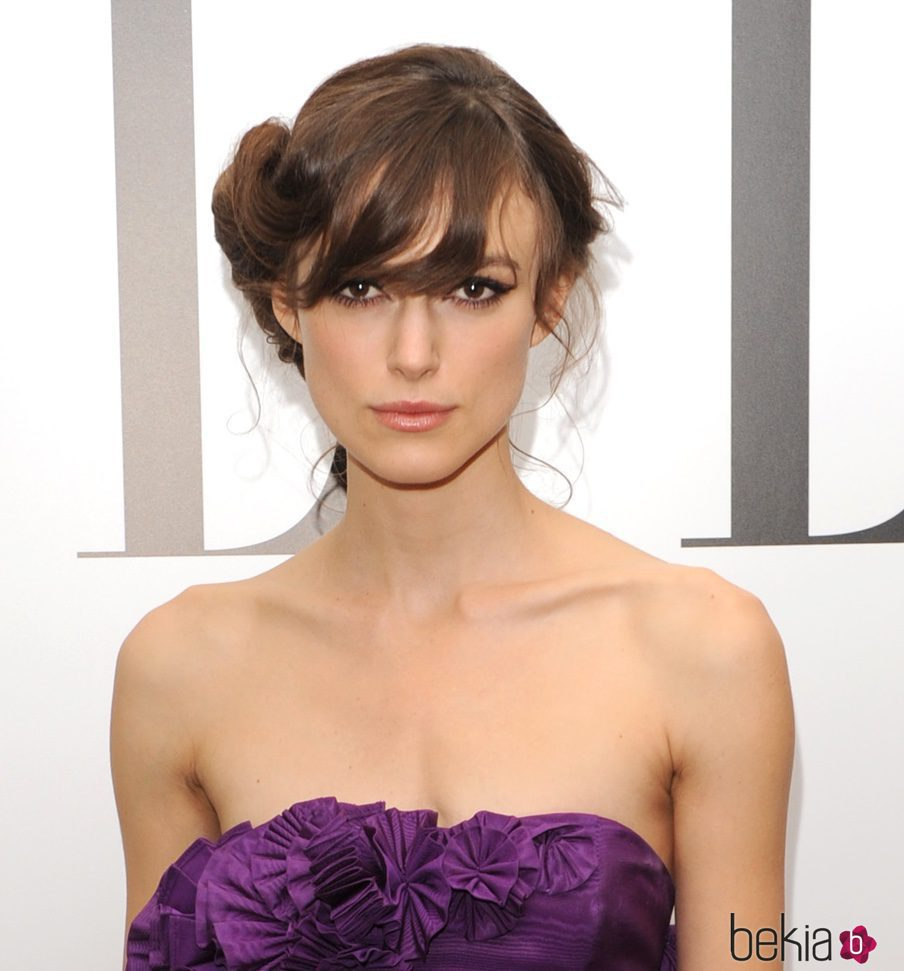 Keira Knightley con recogido y flequillo - Los peores peinados de ... ee9738730def