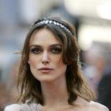 Keira Knightley luce un accesorio de pedrería en su pelo