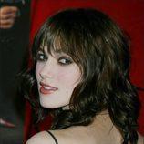 Keira Knightley con pelo ondulado y flequillo