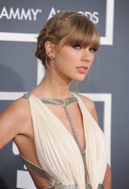 Taylor Swift con un peinado romántico de trenzas