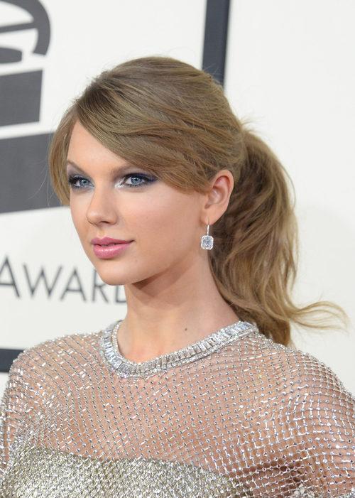Taylor Swift con coleta