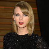 Taylor Swift con flequillo ondulado