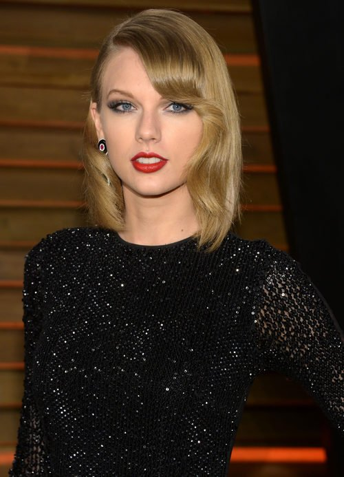 Taylor Swift con flequillo ondulado