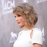 Taylor Swift con pelo corto y ondulado