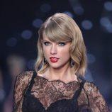 Taylor Swift con flequillo al lado