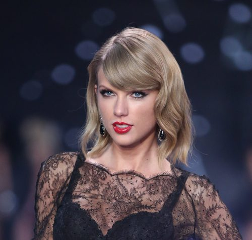 Taylor Swift con flequillo al lado