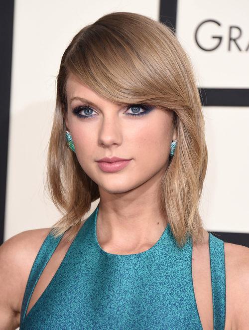 Taylor Swift con pelo liso y flequillo a un lado