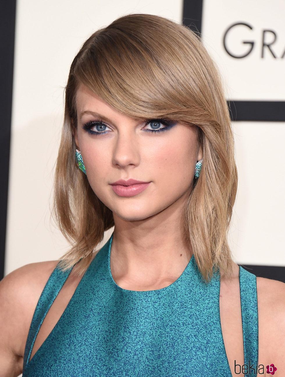 Taylor Swift con pelo liso y flequillo a un lado Los mejores