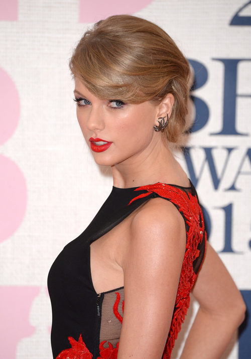 Taylor Swift con recogido