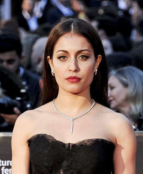 Hiba Abouk con melena extra lisa y maquillaje sofisticado