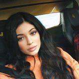 Kylie Jenner se decide por un colorete melocotón