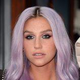 Kesha con el pelo de color lila