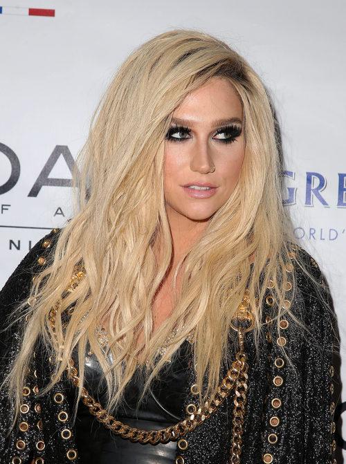 Kesha con el pelo suelto y con mucho volumen